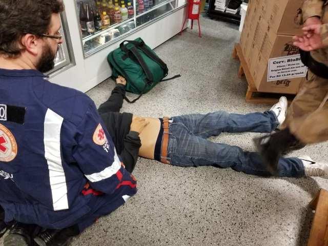 Samu durante atendimento a ladrão - foto da PMSC