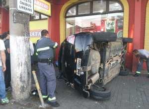 Veículo capotou e ainda atingiu pedestre - foto de Augusto Ittner/Jornal de Santa Catarina