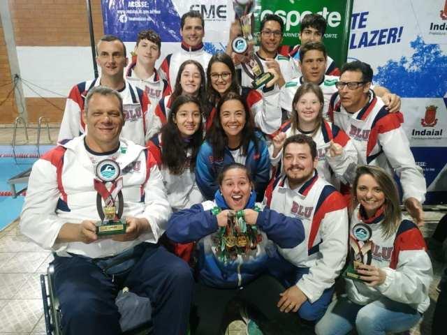 Paradesporto de Blumenau conquista medalhas de ouro em competições de natação