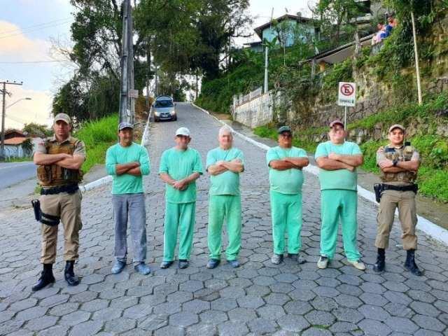 Polícias e detentos do Presídio de Blumenau que trabalharam na limpeza do Morro da Dona Edith - foto da PMSC