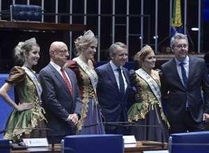 Princesas e rainha da Oktoberfest de Blumenau com o senador Amin e prefeito Mário Hildebrandt - foto de Waldemir Barreto/Agência Senado