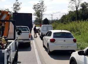 Motoristas transitando pelo acostamento na BR 470 em Indaial - foto da PRF