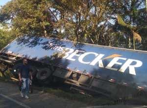 Carreta tombou às margens da rodovia BR-470 - foto de Tiago Warmeling