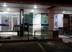 Interior da agência da Viacredi ficou parcialmente destruída pela explosão - foto das redes sociais