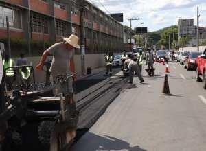 Prefeitura realiza recuperação asfáltica em corredores de serviço da cidade - foto de Marcelo Martins