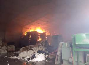 Bombeiros durante combate a incêndio em indústria de Botuverá - foto do Corpo de Bombeiros