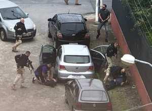 Policiais durante prisão de quadrilha em São José - foto das redes sociais