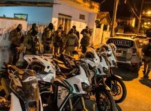 a Operação Blumenau Segura que resultou na prisão de 8 pessoas além da apreensão de maconha, crack e cocaína - foto da Polícia Militar