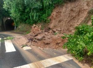 Deslizamento próximo ao túnel da Ponta Aguda