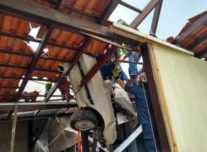 Bombeiros durante resgate a motorista - foto do Corpo de Bombeiros