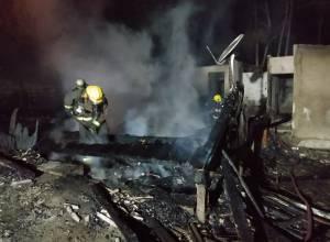 Casa destruída por incêndio na Rua Olga Fumagalli - foto do CMBSC