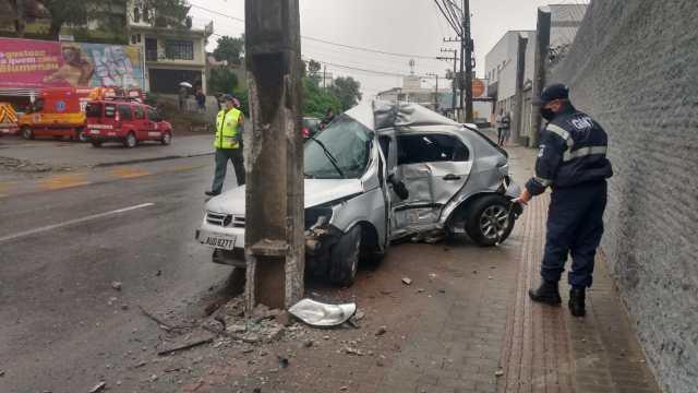 Veículo após colisão com poste na Rua Dois de Setembro - foto do CBMSC