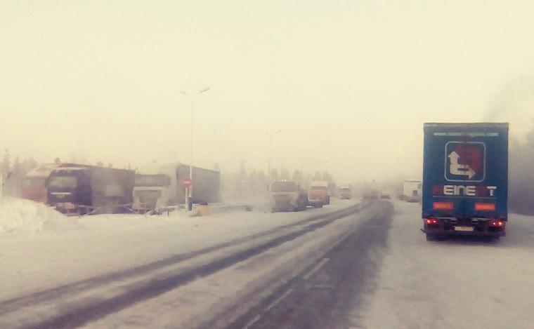 Замерзающих на Крайнем Севере водителей обвинили в саботаже