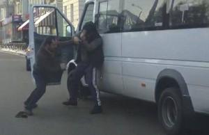 «Дорожное видео недели»: трусливый дрифтер на «копейке» и кулачные бои за пассажиров