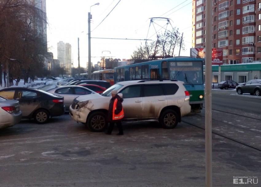 «Я паркуюсь как…»: наглые автохамы на тротуаре и ленивые водители у супермаркетов