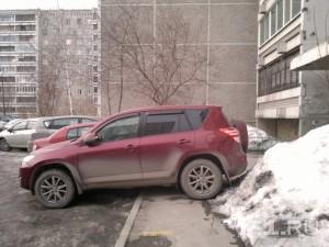 «Я паркуюсь как…»: повисший на полусфере автохам, таксист-«инвалид» и гряземес на автобусе