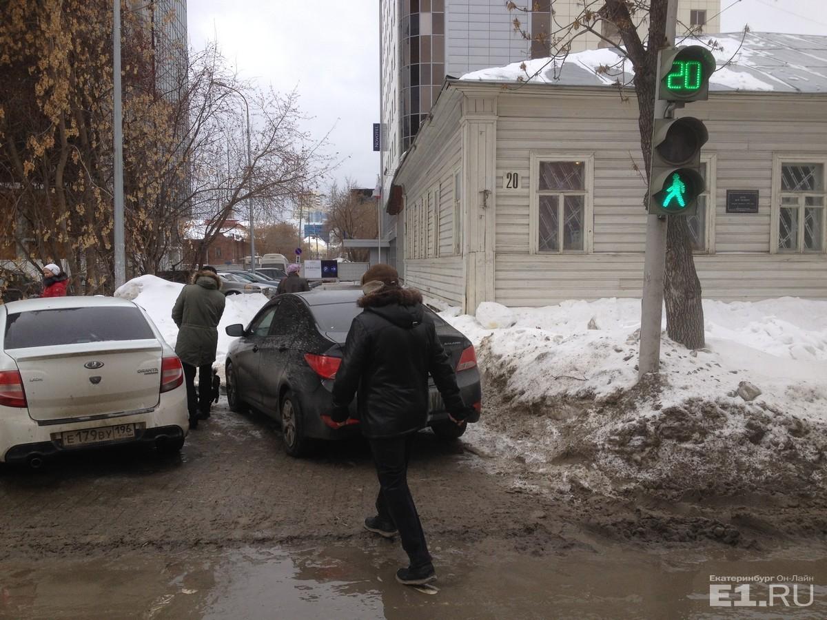 «Я паркуюсь как …» : тротуарные вредители в первой весенней подборке главных автохамов Екатеринбурга