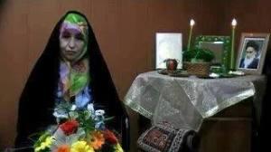 تصویری از خانم زهرا رهنورد پای سفره هفت سین بهمراه عکسی از خمینی در قاب در عالم مجازی دیده می شود