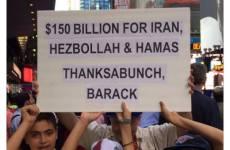 فیلم/ حلقه زدن معترضان به دور نمازگزاران در آمریکا!!!!!