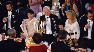 پادشاه سوئد در میان دو مهمان و پسرش کارل فیلیپ ، چپ