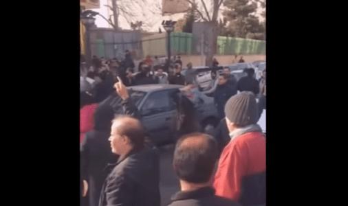 ویدیو –  یک بانو در اعتراض به دزدی اموالش خود را جلوی خودرو انداخت