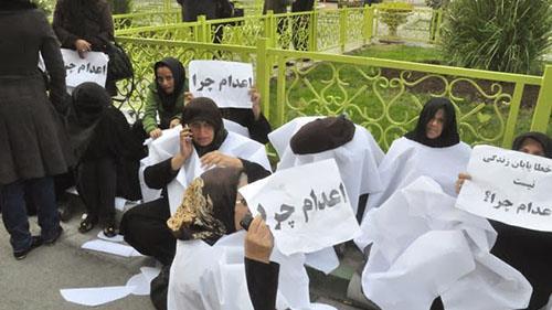 تجمع مخالفان اعدام و خانوادههای زندانیان زیر اعدام در مقابل مجلس ارتجاع