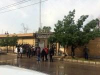 تظاهرات کارگران متروی اهواز در مقابل ساختمان قطار شهری