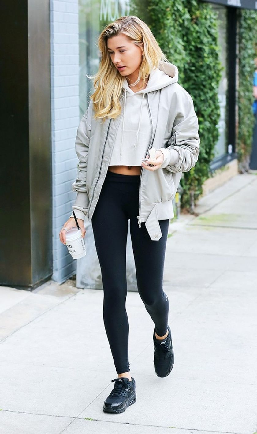 Sporty black leggings outfit and sneakers 1
