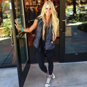 Sporty black leggings outfit and sneakers 10