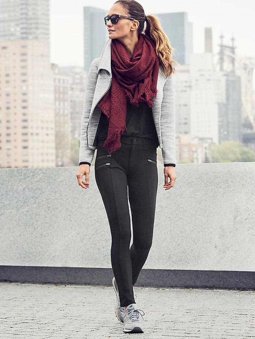 Sporty black leggings outfit and sneakers 14