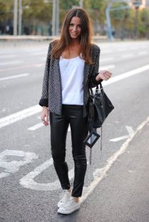 Sporty black leggings outfit and sneakers 29