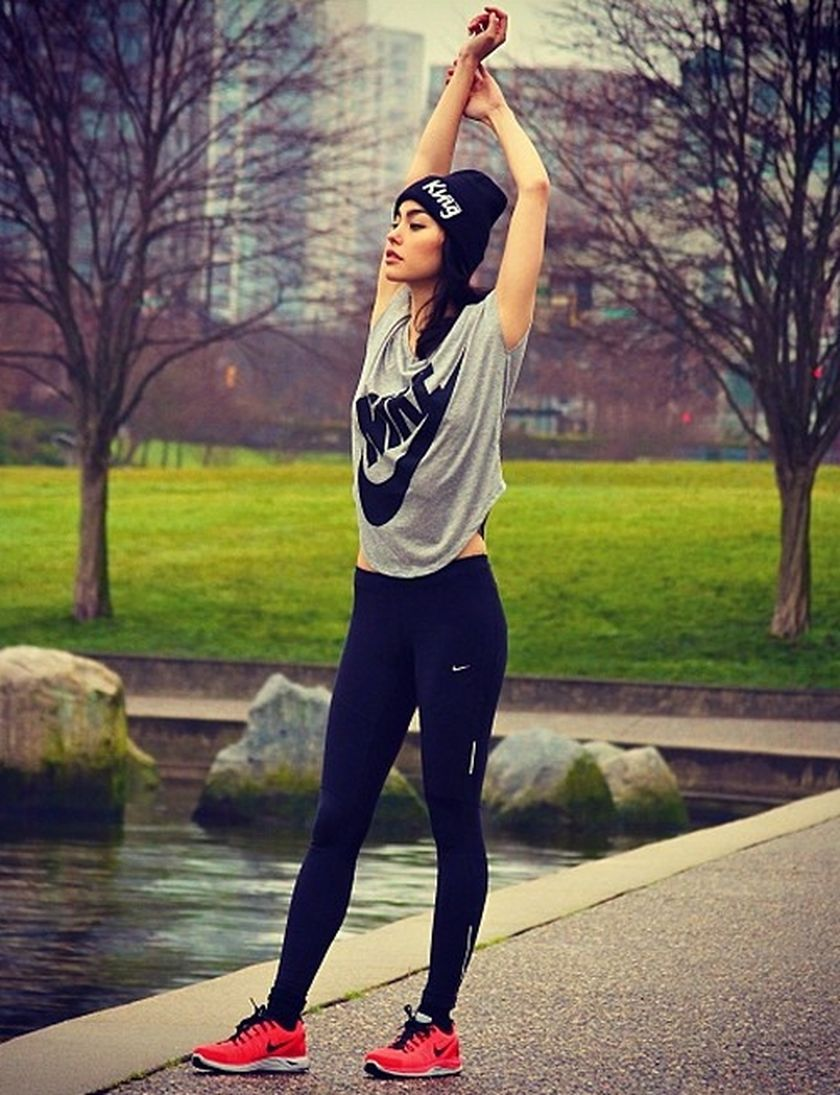 Sporty black leggings outfit and sneakers 3