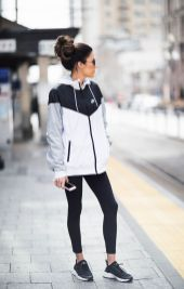 Sporty black leggings outfit and sneakers 37