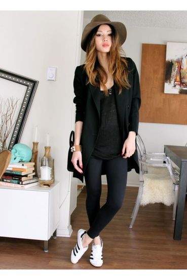Sporty black leggings outfit and sneakers 47