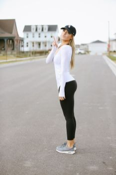 Sporty black leggings outfit and sneakers 5
