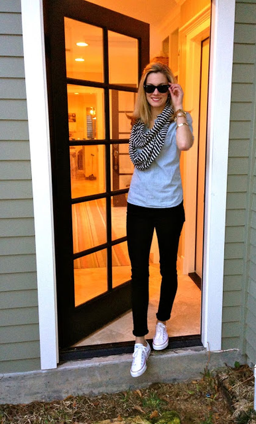 Sporty black leggings outfit and sneakers 60