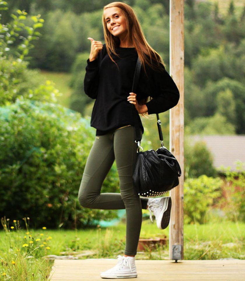 Sporty black leggings outfit and sneakers 88