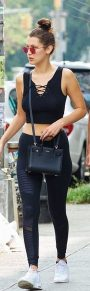 Sporty black leggings outfit and sneakers 9