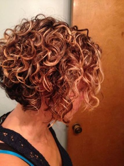 Beautiful curly layered haircut style ideas 31