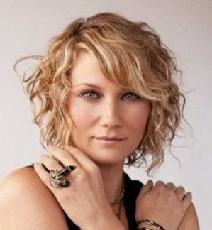 Beautiful curly layered haircut style ideas 96