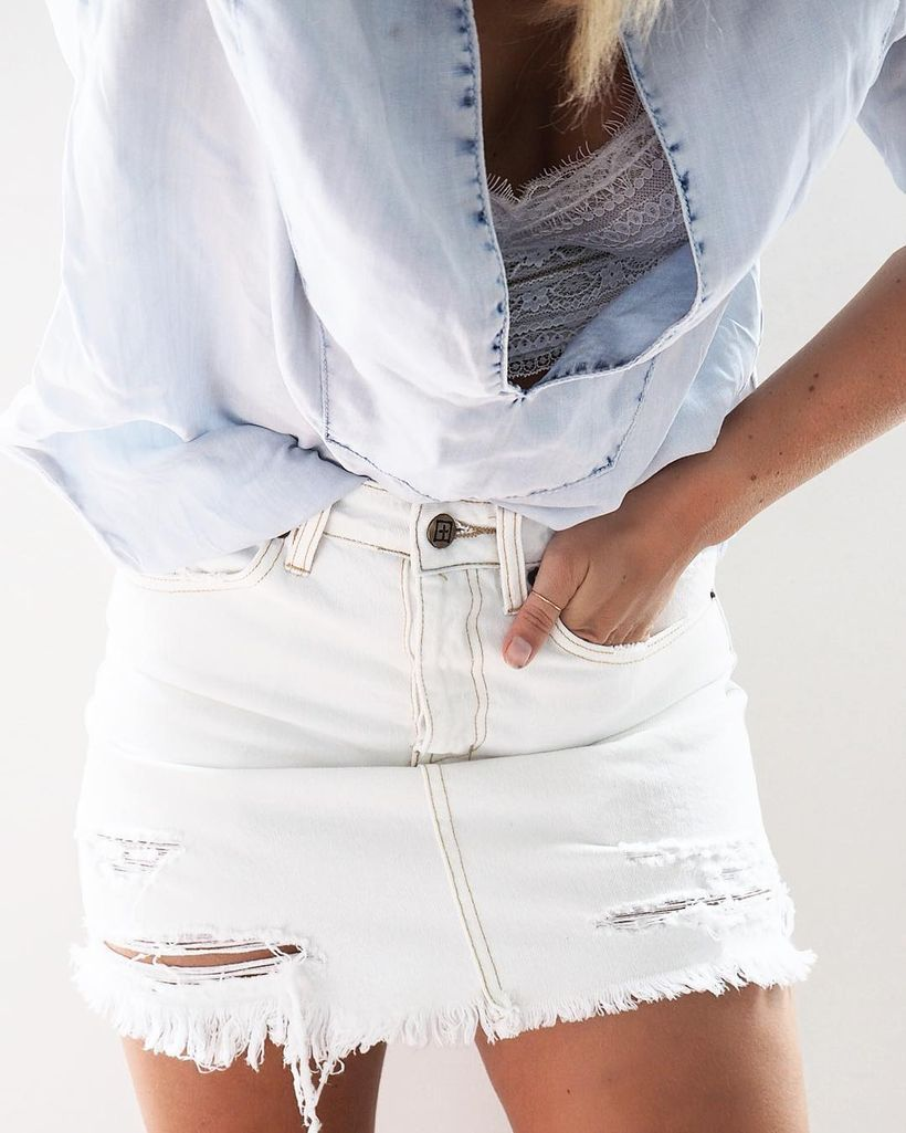 Fashionable white denim skirt outfits ideas 29