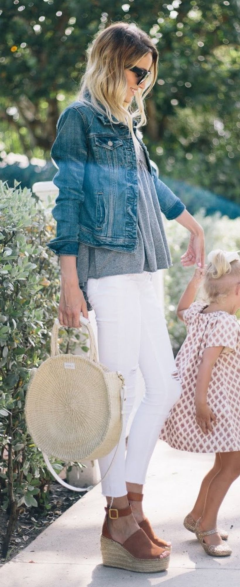 Perfect ways to wear white denim jeans outfits 29