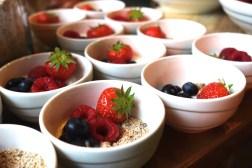Granola Dust mit Joghurt und Früchten