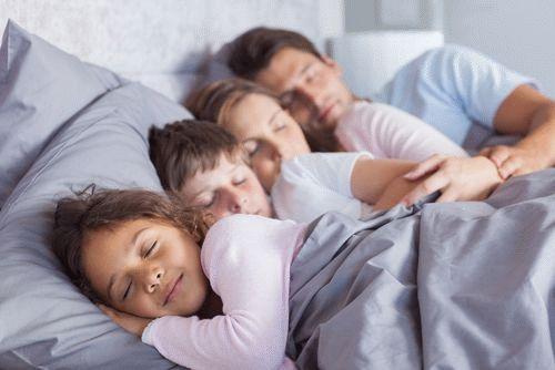 Можно ли отучить ребенка спать с родителями?