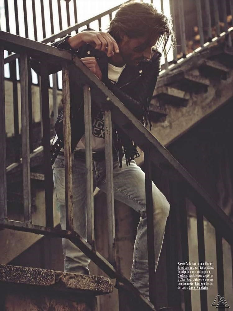 The camera Sergi Pons is responsible for portraying Tommy Dunn for the February issue of GQ Spain, styling by Joana de la Fuente proposed basic and comfortable as cotton shirts, jeans and biker clothing.