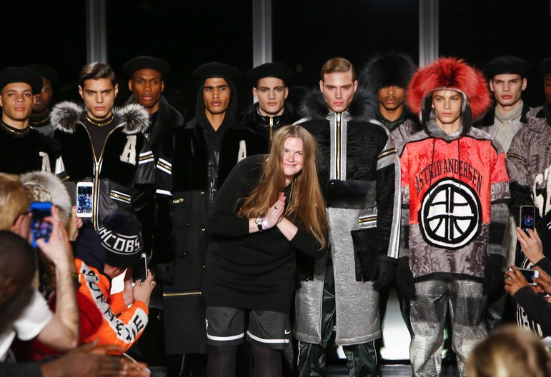 As a girl from Copenhagen comes to New York City in 40 minutes and revolutionizes one fashion show, well, these interesting proposals is what fashion designer Astrid Andersen gives us remastering sweaters woven ornaments, coats, berets, big jackets polyethylene materials, you're on the right track Astrid.
