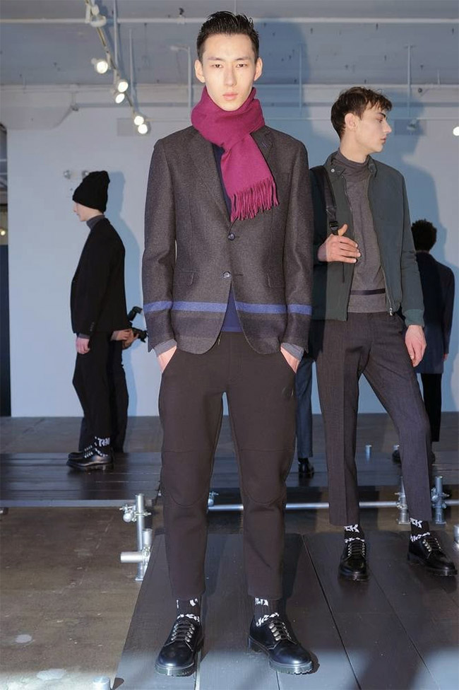 The presentation of DKNY Mens was a blast, exposed its Fall/Winter 2015 including exquisite pieces all in black, beautiful jackets and coats, dark pants, sweat shirts, bomber jackets, with minimal details, color in black, violets, blues, red wines, don't forget about sutil scarves and bags.