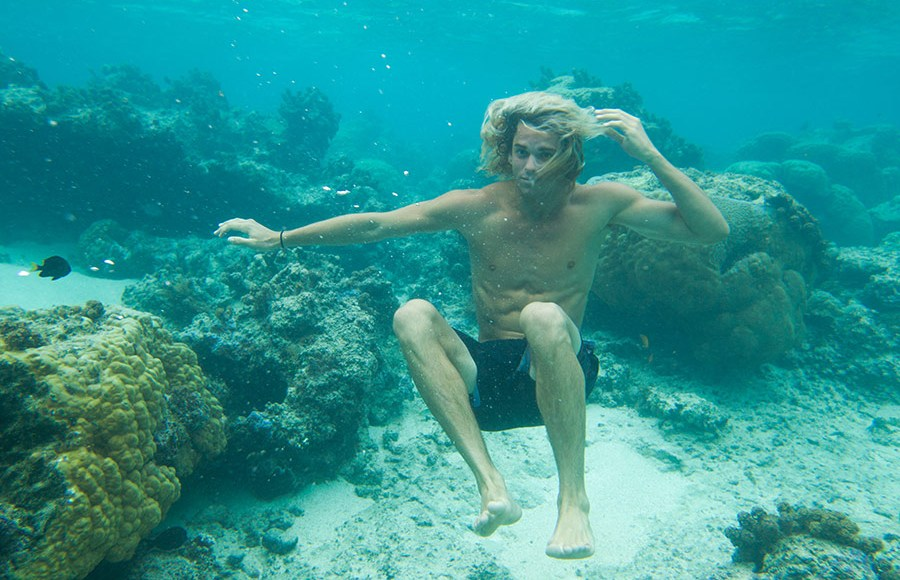 Growing up and living in Hawaii, surfing every day, photographing postcard-perfect landscapes, travelling around the world to practise adventure sports… For many people this would be their dream life, but for Jay Alvarrez, it's a reality. After becoming a star on social networks thanks to his one million followers on Instagram, Jay is off on an exclusive adventure for Pull&Bear.