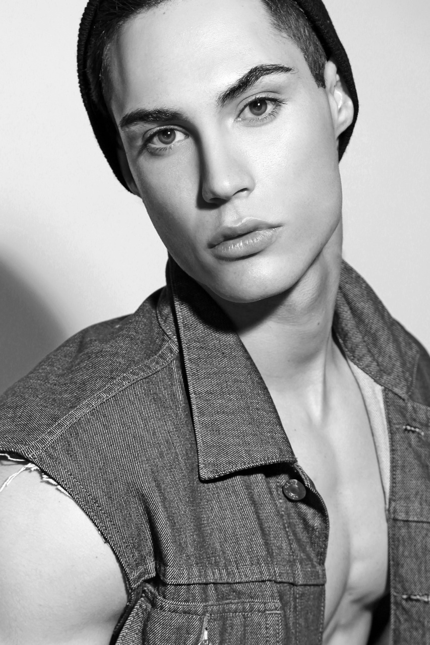 We're glad to present new stunning boy in the modeling scene he's Devin Xavier portrayed by Thomas Synnamon. Devin's new face with RED Agency.