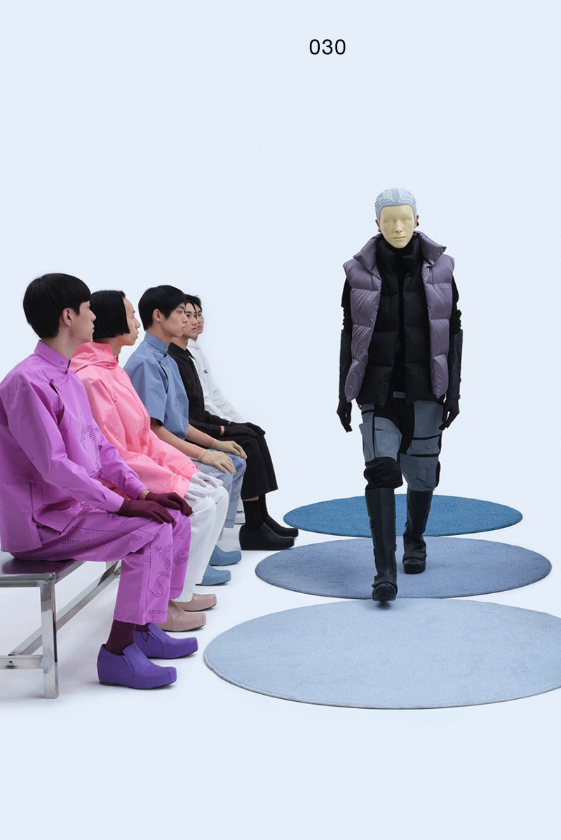 The three-dimensional pattern on the New Human one-piece helmet is derived from the AW19 version of the amphibious suit pattern and the SS21 version of the knitted totem pattern suit. Model mask as produced for the SS21 version.Mechanically pierced knitted sweater. Double-sided down vest without zipper, embroidered on the front and back with the Supernatural, Extraterrestrial & Co. logo in the same color.The robotic arm glove is the first version in its series. It evolved from the AW20 Artificial Humans concept. XANDER ZHOU HUMANoidWEAR multi-pocket work pants, with a design based on the AW20 version prototype, which traces its origins back to the AW17 version. This series uses 3M reflective fabrics on the pockets to provide functional safety protection for night travel.Mechanics platform boots version 1.0, based on mechanical platform shoes version 1.0. This brand new AW21 version of boots came about by reducing the proportions of the AW20 version of multi-pocket cargo trousers.